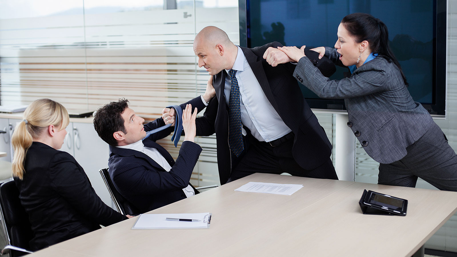 https://www.theladders.com/wp-content/uploads/office_fight_190610.jpg